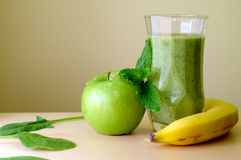 Smoothie de vert de banane-figue Photographie stock libre de droits
