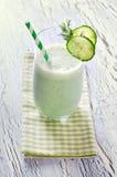 Smoothie de yaourt et de concombre avec l'aneth sur le fond en bois Photo stock