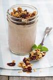 Smoothie del chocolate con el granola para el desayuno Imagen de archivo libre de regalías