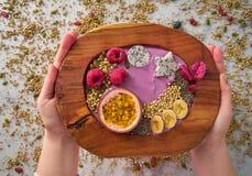 Smoothie del cuenco de Acai con la fruta de la pasión y las frambuesas Fotos de archivo