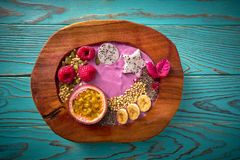 Smoothie del cuenco de Acai con la fruta de la pasión y las frambuesas Imagen de archivo