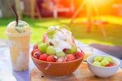 Smoothie del hielo de la fruta del verano y Bingsu dulce con sabor a fruta Imagen de archivo