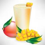 Smoothie del mango con frutta e le fette Fotografie Stock