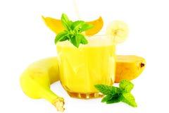 Smoothie del mango del plátano con stevia y menta en fondo blanco puro Fotografía de archivo libre de regalías