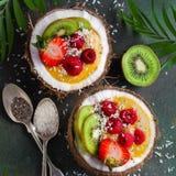 Smoothie del mango rematado con las frutas frescas y las bayas y servido imagen de archivo libre de regalías