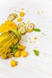 Smoothie del mango y del plátano en tarro de albañil con la paja imagen de archivo libre de regalías