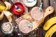 Smoothie del plátano con la harina de avena, la mantequilla de cacahuete y la leche fotografía de archivo