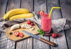 Smoothie del plátano y de la fresa Fotografía de archivo libre de regalías