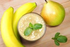 Smoothie del plátano y de la pera foto de archivo