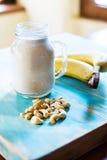 Smoothie del plátano y del anacardo foto de archivo