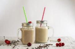 Smoothie del polvo de la mantequilla de cacahuete, del plátano, de la harina de avena y de cacao fotografía de archivo libre de regalías