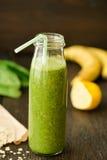 Smoothie del verde del detox con espinaca y outmeal frescos Fotos de archivo