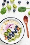 Smoothie del yogur con las frutas, las bayas, las nueces y el polen de la abeja Foto de archivo