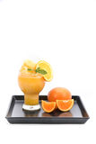 Smoothie del zumo de naranja y rebanadas de naranja en el fondo blanco Fotografía de archivo libre de regalías