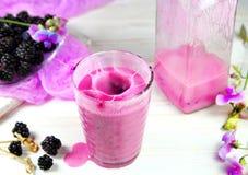 smoothie in een glasnevel met verse bessen stock foto