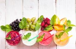 Smoothie in einem Glas und frischen Früchte und Beeren stockfotos
