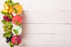 Smoothie in einem Glas und frischen Früchte und Beeren lizenzfreie stockbilder