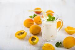Smoothie eller yoghurt med blåbär på en trätabell läckert royaltyfria foton