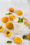 Smoothie eller yoghurt med blåbär på en trätabell läckert arkivfoton