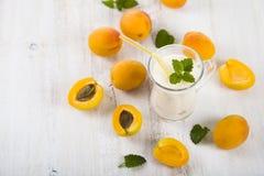 Smoothie eller yoghurt med blåbär på en trätabell läckert fotografering för bildbyråer