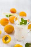 Smoothie eller yoghurt med blåbär på en trätabell läckert arkivbild