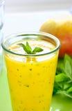 Smoothie en bon état de refroidissement de mangue Photographie stock libre de droits