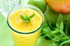 Smoothie en bon état de refroidissement de mangue Image libre de droits
