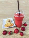 Smoothie et biscuit de fraise Photos libres de droits