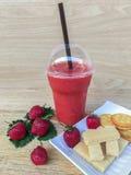 Smoothie et biscuit de fraise Image stock