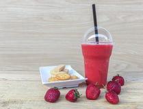 Smoothie et biscuit de fraise Images stock