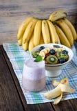Smoothie et flocons de banane de myrtille avec des fruits Photographie stock libre de droits