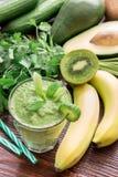 Smoothie et ingrédients végétaux verts Images stock