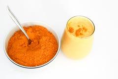 Smoothie et poudre de safran des indes dans la cuvette avec la cuillère d'isolement sur le blanc Images libres de droits