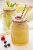 Smoothie et salade de melon dans des 2 pots Photo stock