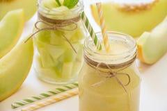 Smoothie et salade de melon dans des 2 pots Photographie stock