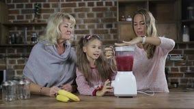 Smoothie för familjdanandebär i köket arkivfilmer
