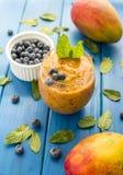Smoothie för mangoblåbärmintkaramell fotografering för bildbyråer