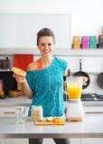 Smoothie för pumpa för konditionkvinnadanande i kök Arkivbild