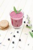 Smoothie för tranbär och för svart vinbär i exponeringsglas med kakor och M Royaltyfri Bild