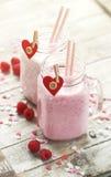 Smoothie fait maison avec la framboise dans des pots Amour, mangeant ou valent Photographie stock libre de droits