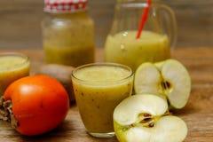 Smoothie fraîchement mélangé de fruit avec des fruits frais image stock