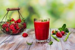 Smoothie frais de fraise d'été images libres de droits