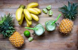 Smoothie frais de jus avec les fruits tropicaux Photos libres de droits