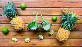 Smoothie frais de jus avec les fruits tropicaux Photographie stock