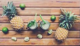 Smoothie frais de jus avec les fruits tropicaux Images libres de droits