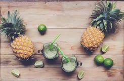 Smoothie frais de jus avec les fruits tropicaux Photo libre de droits