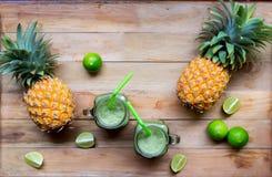 Smoothie frais de jus avec les fruits tropicaux Image stock
