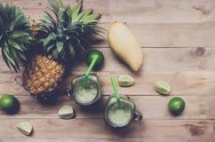 Smoothie frais de jus avec les fruits tropicaux Images stock