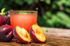 Smoothie frais de prune avec des prunes étroites Images stock