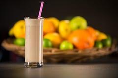 Smoothie frais de yaourt de banane avec des fruits images stock